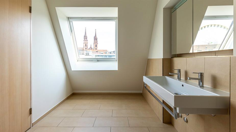 modernes Badezimmer mit Blick auf Basler Münster, moderne, klare Architekturfotografie