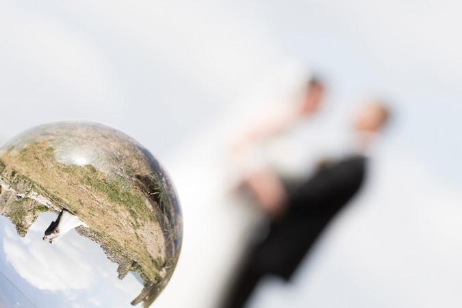 kreative Brautpaarshootings, Hochzeitspaar in Glass Ball