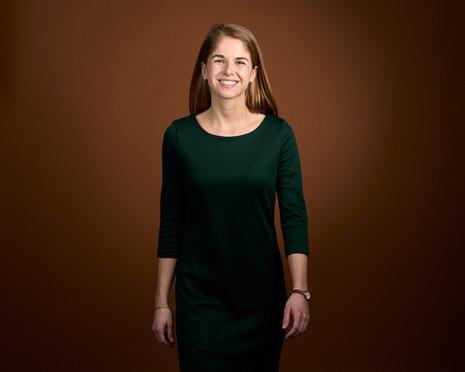 Businessportrait junge Frau auf braunem Hintergrund in Studio fotografiert, Cartes Fotografie Basel