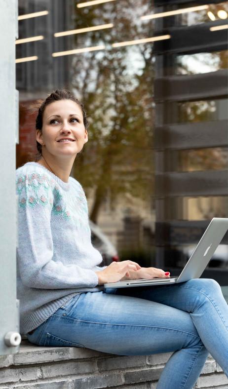Personal Branding Fotografie für Selbständigerwerbende, Frau am arbeiten mit Laptop bei Kunstmuseum Basel