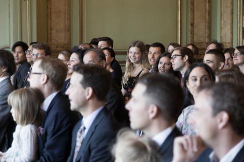 Gäste warten auf Braut, Trauung in Villa Wenkenhof, Riehen