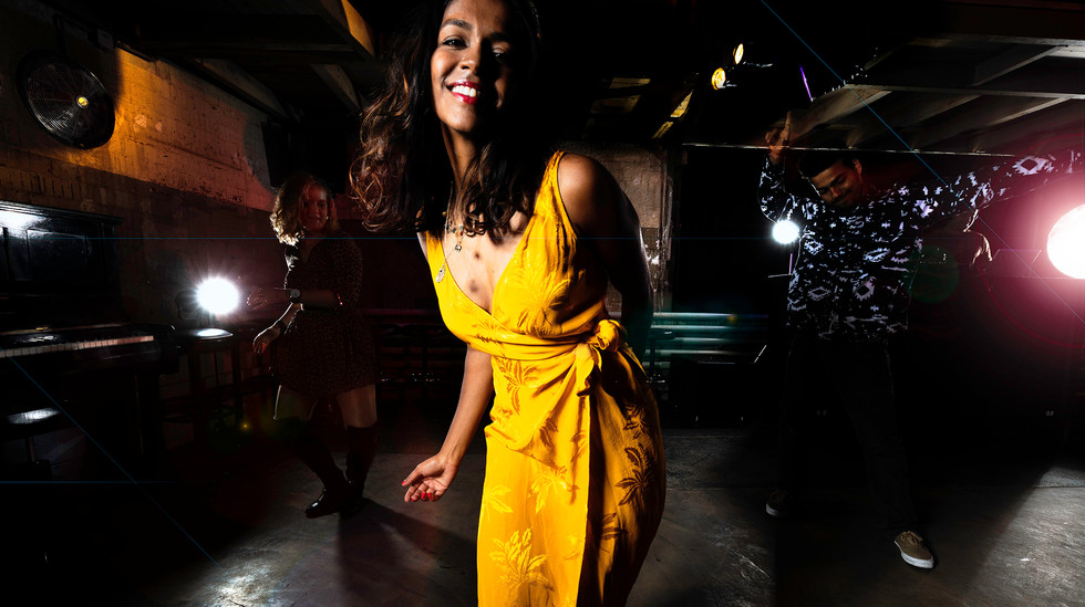 Tänzerin in gelbem Kleid in Ostquai Basel, Eventfotografie