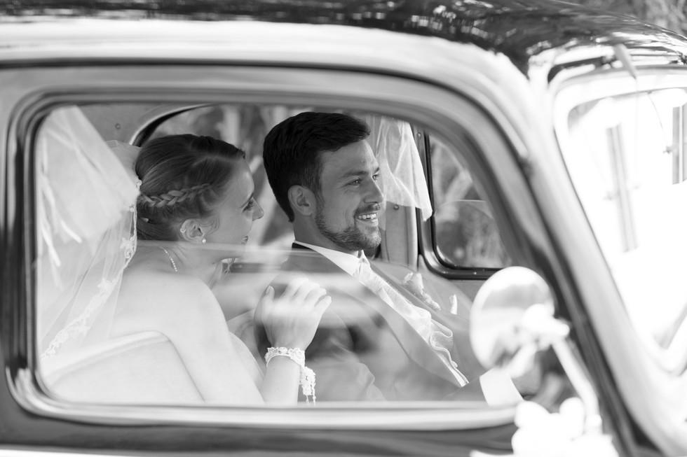 Brautpaar in Oldtimer, Hochzeitbilder schwarz weiss