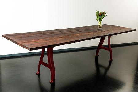 Produktefotografie für Fiosophia, Möbel auf Masse, Holztisch mit roten Metallbeinen