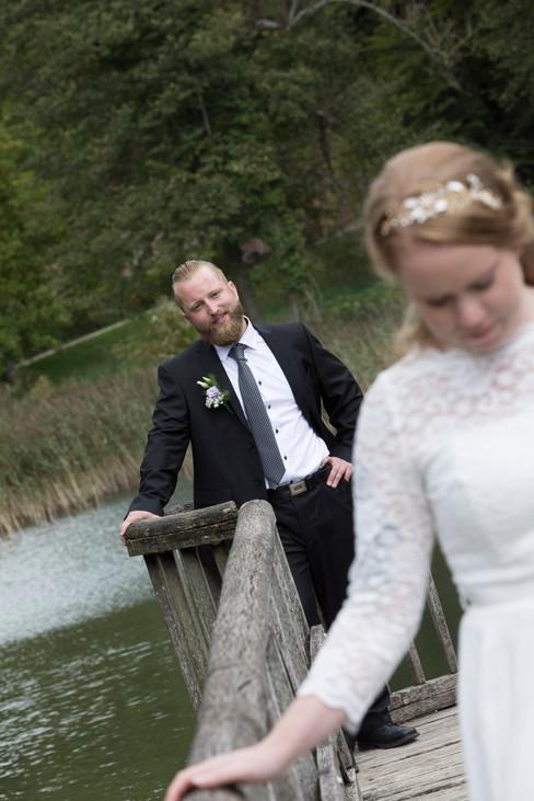 stolzer Bräutigam schaut seine Braut an