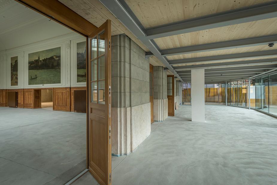 Kontrast historischer Raum und Neubau, verbunden durch alte Flügeltüren, Baudokumention des Westflügels Bahnhof SBB Basel