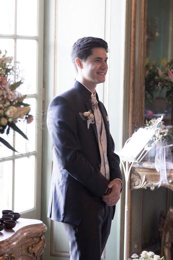 Bräutigam wartet auf seine Liebste, Hochzeitsreportage Basel