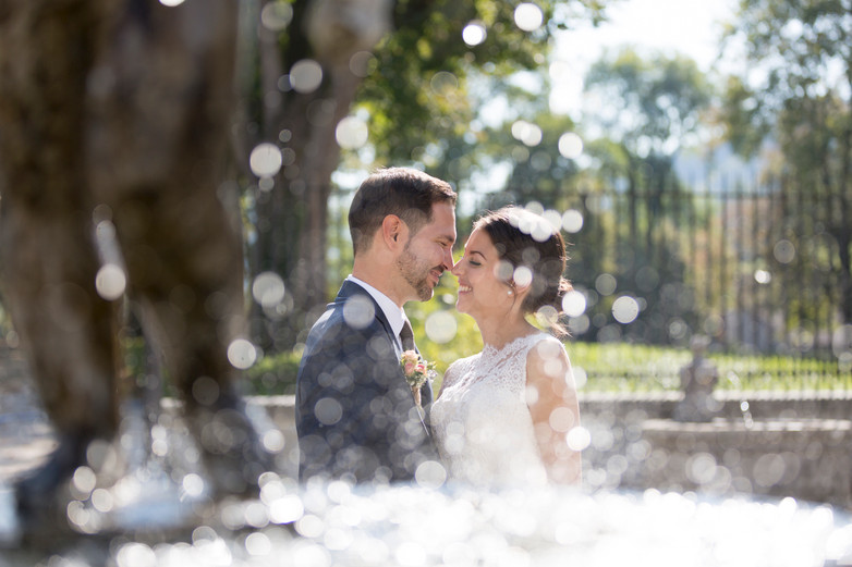 Brautpaar hinter Brunnen, Diamantenregen