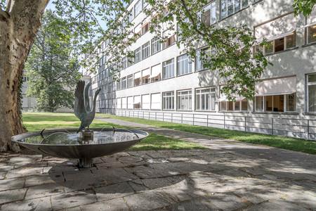 ABZ Allgemeine Berufsschule Zürich, Gebäudeaufnahme von Aussen mit Brunnen