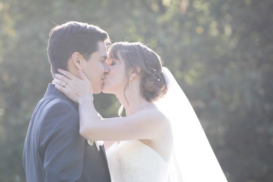 Brautpaar küsst sich, romantische Brautpaarshootings