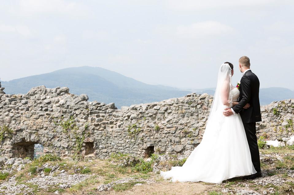 Brautpaar geniesst Aussicht von Ruine Dorneck