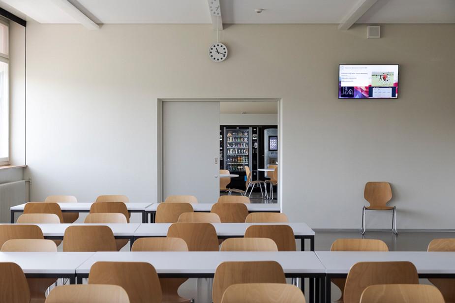 Pausenraum mit Blick in die Cafeterie der ABZ, Allgemeine Berufsschule Zürich, moderne klare Architekturfotografie für die ganze Schweiz