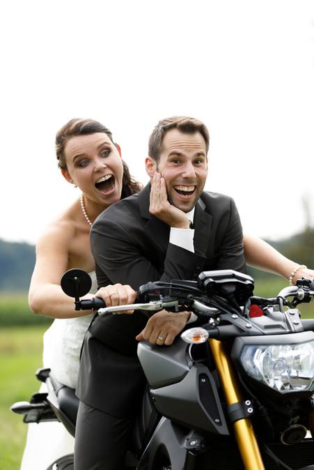 Brautpaar auf Motorrad, lustige Brautpaarshootings