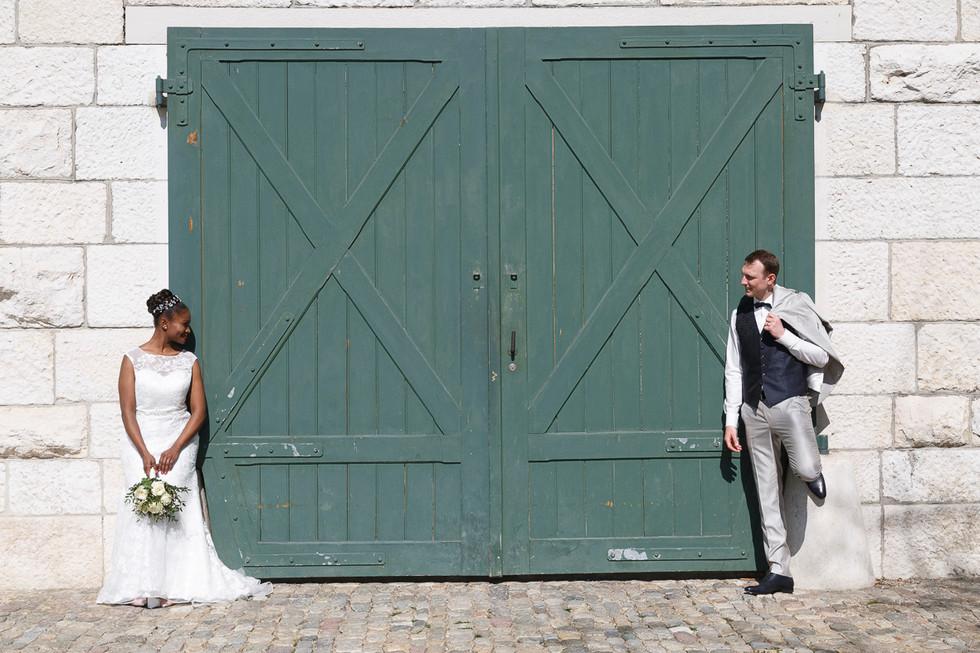 Brautpaarshooting vor grossem Tor