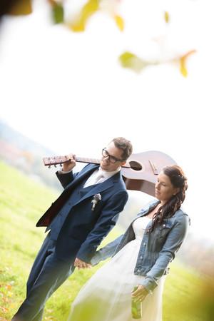 Braut mit Jeansjacke, Bräutigam mit Gitarre