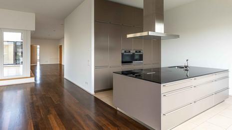 Immobilienfotografie, Küche und Wohnzimmer in Wohnung Basel