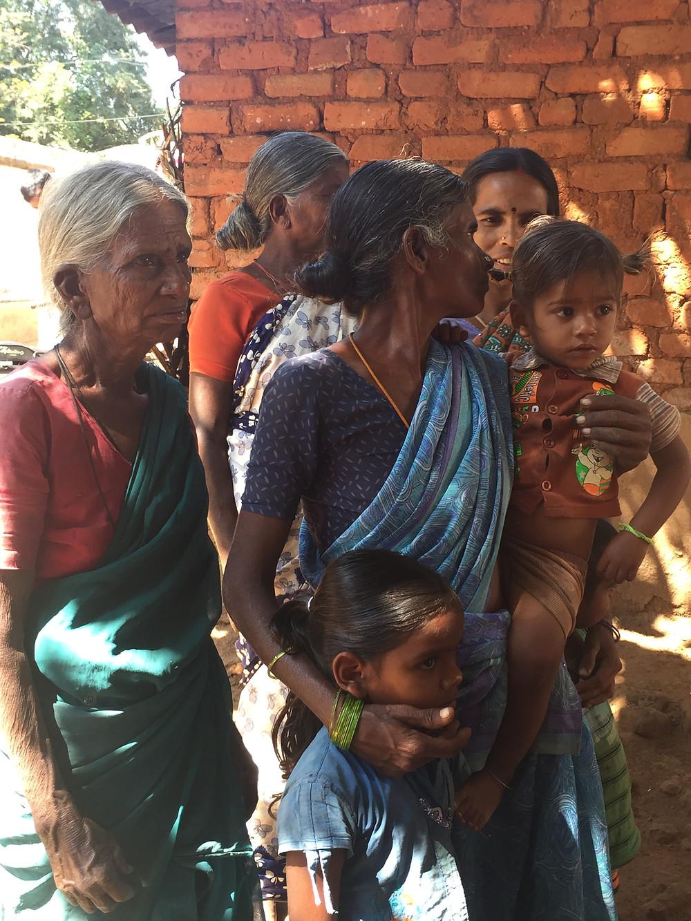 Abuelas de las tribus esperando su control de salud