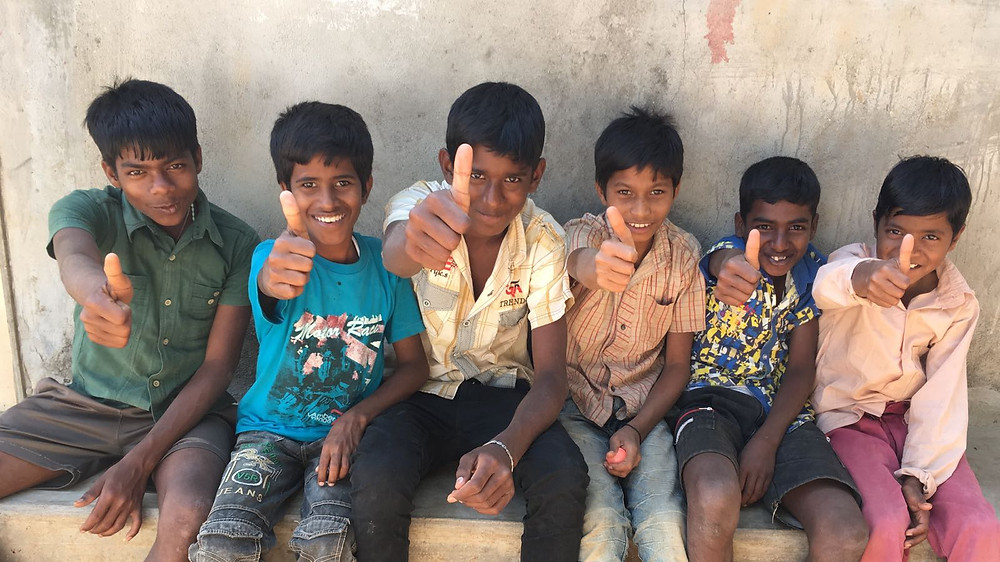 Algunos niños de las tribus encantados con nuestra visita