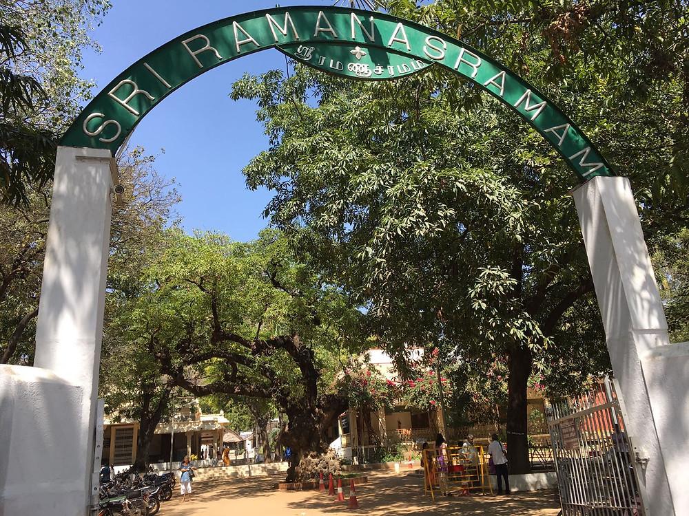 Entrada del Ashram, un oasis en medio del caos de la ciudad