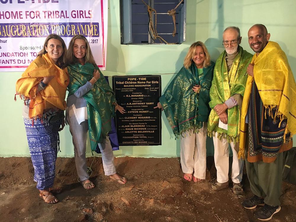 Inaugurando una nueva escuela para niñas con Esteve Humet y Rosario de la ONG POPE TIDE
