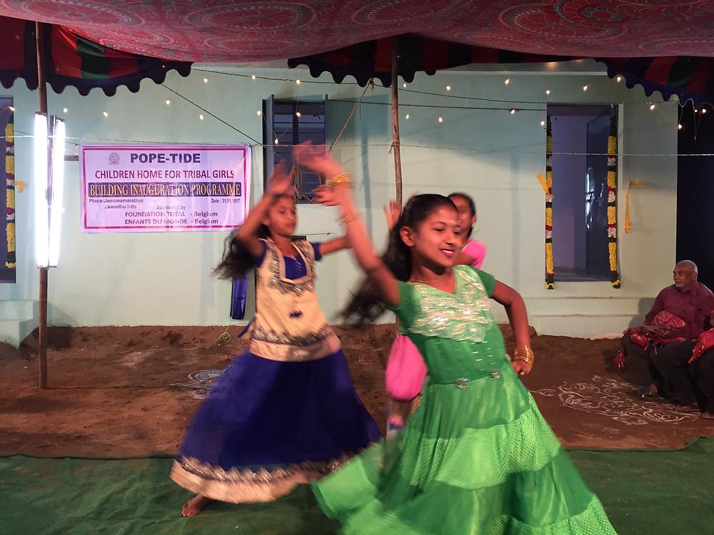 Actuación ofrecida en la fiesta de inauguración de la nueva escuela por las mismas alumnas