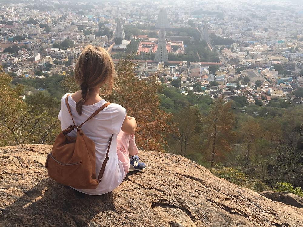 Contemplando el templo dedicado a Shiva, uno de los cuatro más grandes del país