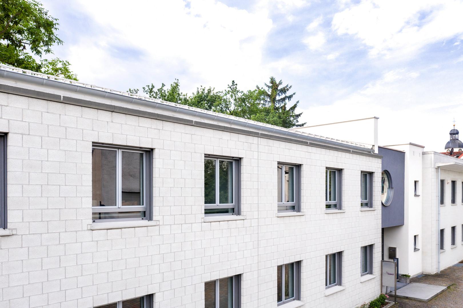 Der Haupt- und gleichzeitig Verwaltungssitz von dressGuard befindet sich im Norden des Landkreises Karlsruhe in Baden-Württemberg. Hier legen wir den Grundstein für innovative Kreationen bzw. Kollektionen im Auftrag unserer internationalen Kunden.