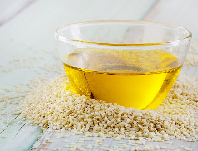 Sesame oil ranges from colorless and odorless, to a rich gold, with a very subtle, nutty scent. Image via www.eatseed.com