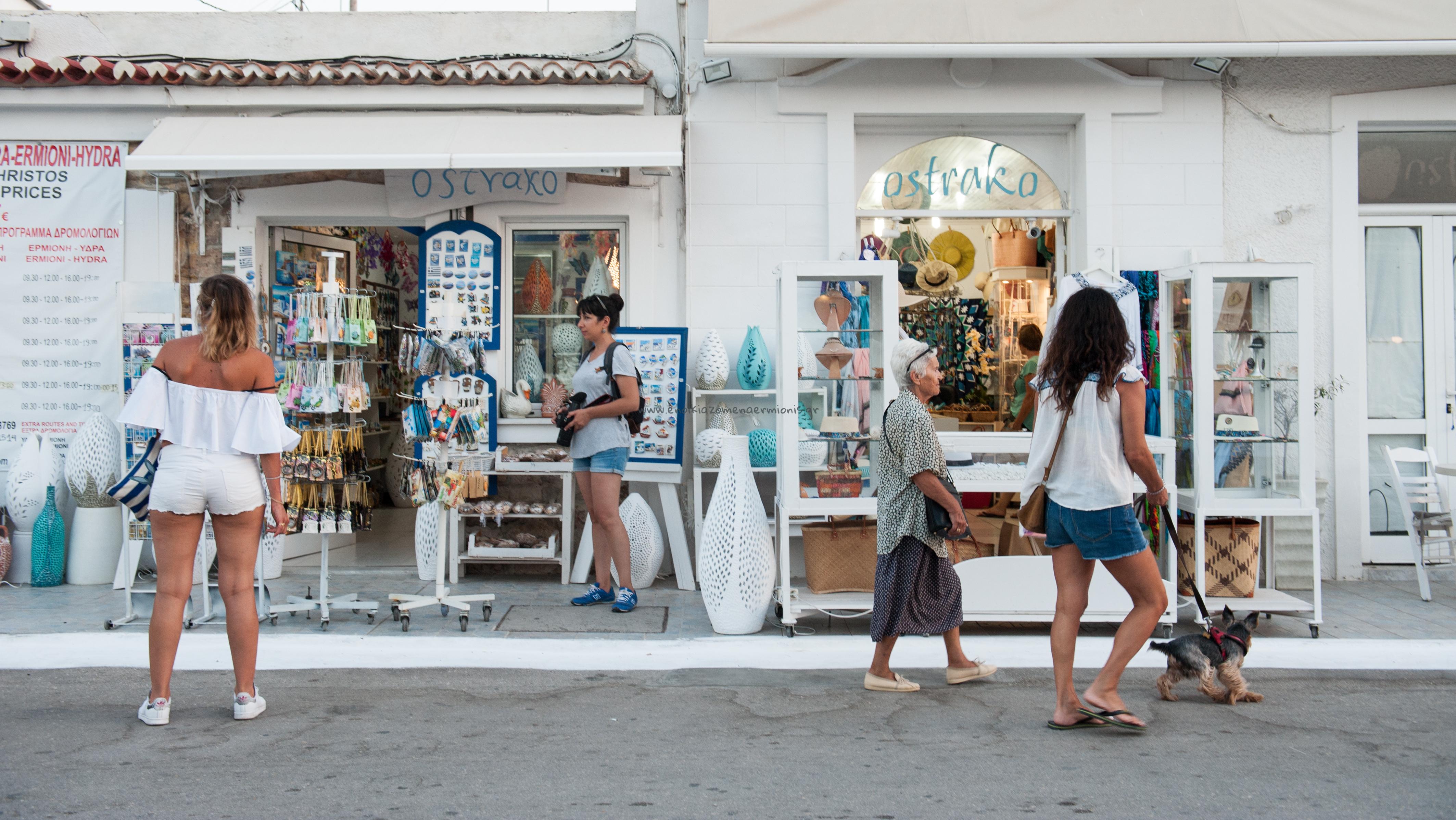 Μικρό μαγαζάκι με είδη δώρων, τσάντες & ρούχα