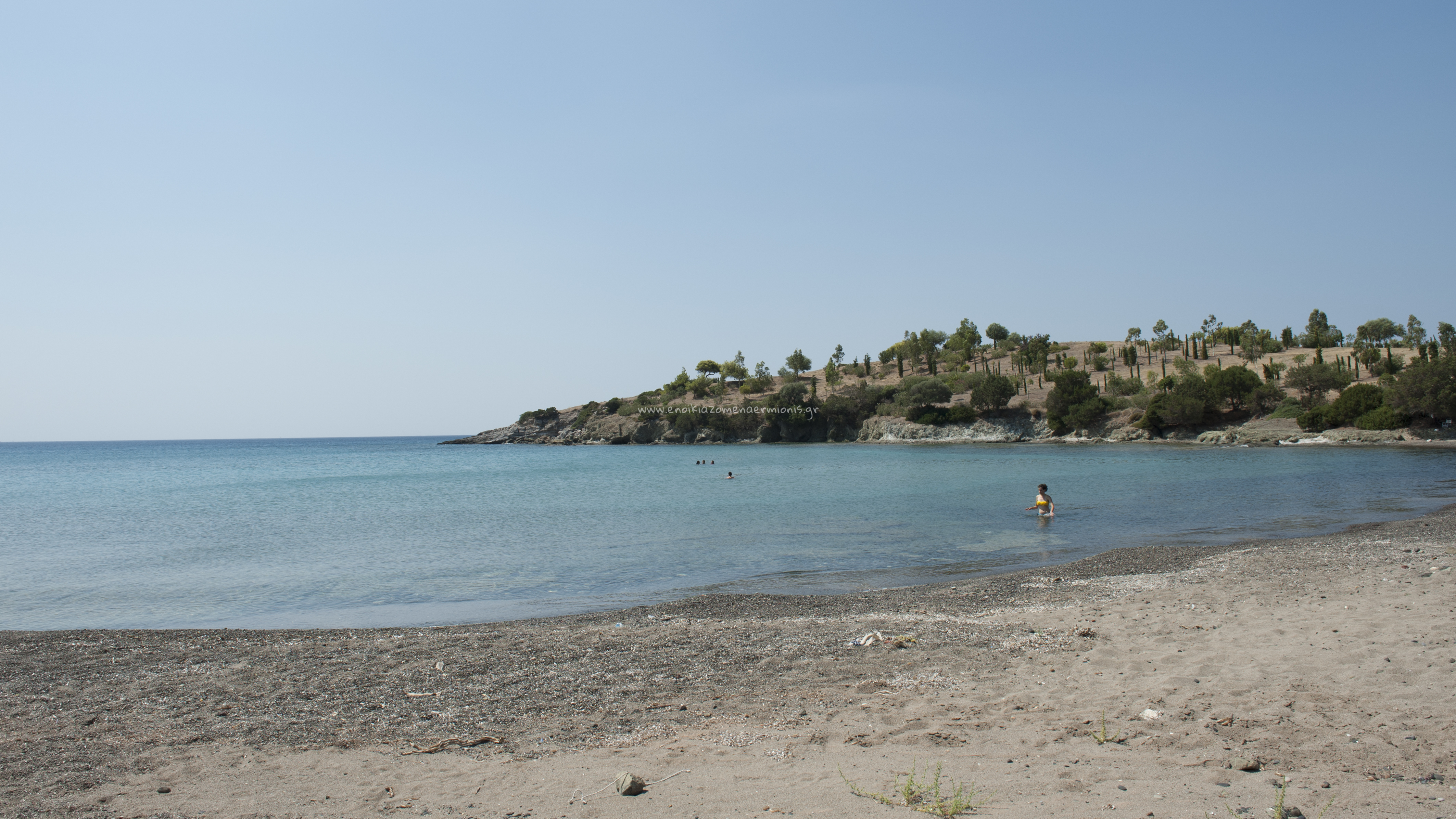 Γυναίκα στα ρηχά νερά της παραλίας Σεντόνι