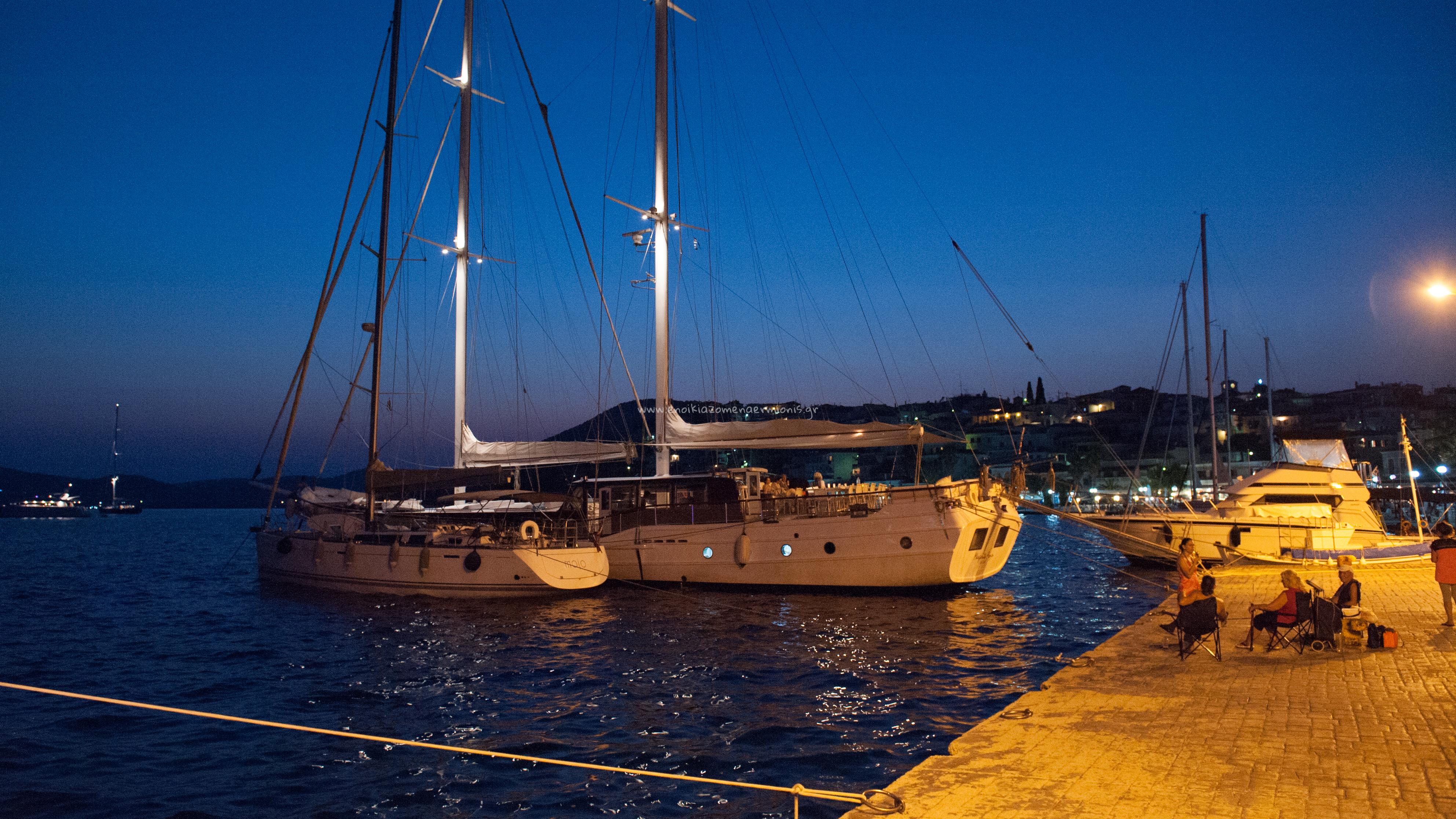 Ιστιοφόρο & Ιστιοπλοϊκό σκάφος στα Μαντράκια το βράδυ