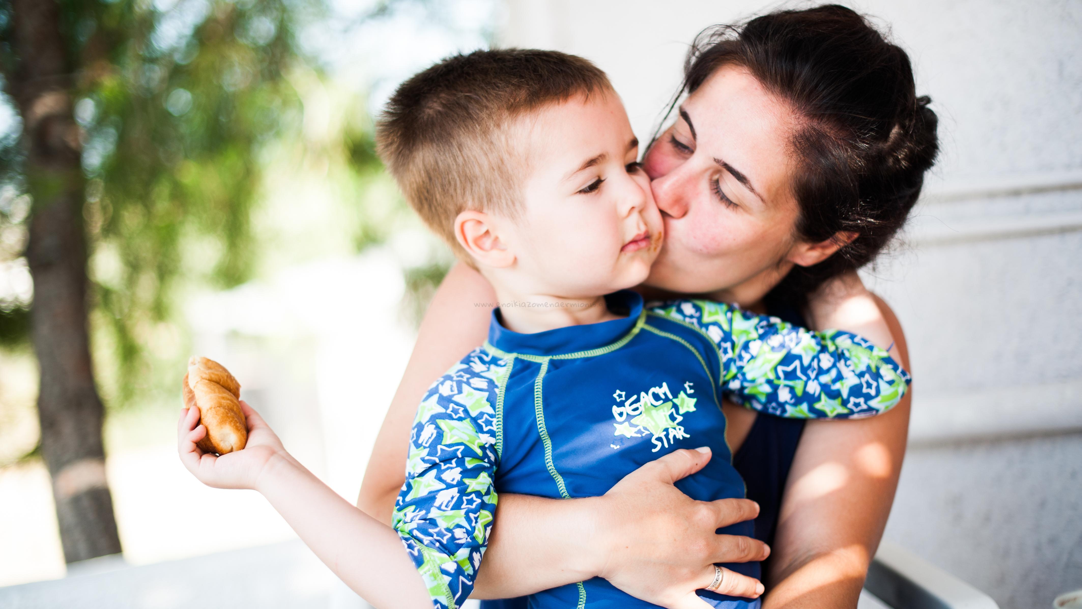 Μάνα αγκαλιά με το γιο της