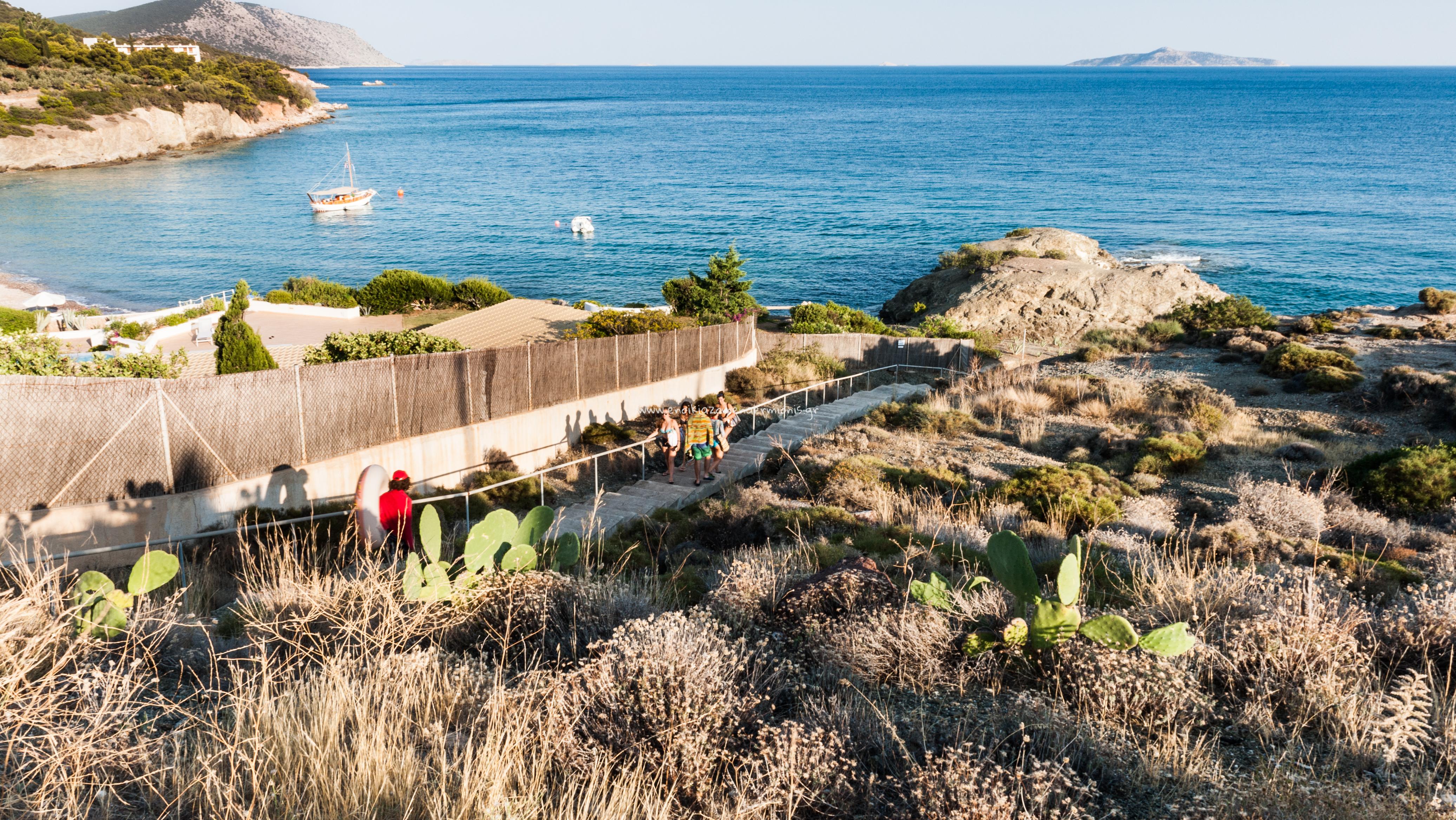 Σκαλοπάτια προς την παραλία Μπουρλότο