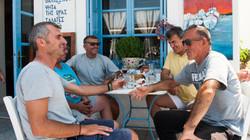 Παρέα αντρών σε παραδοσιακό καφενείο