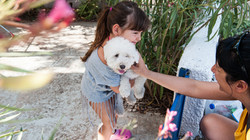 Κοριτσάκι κρατάει το σκυλάκι του