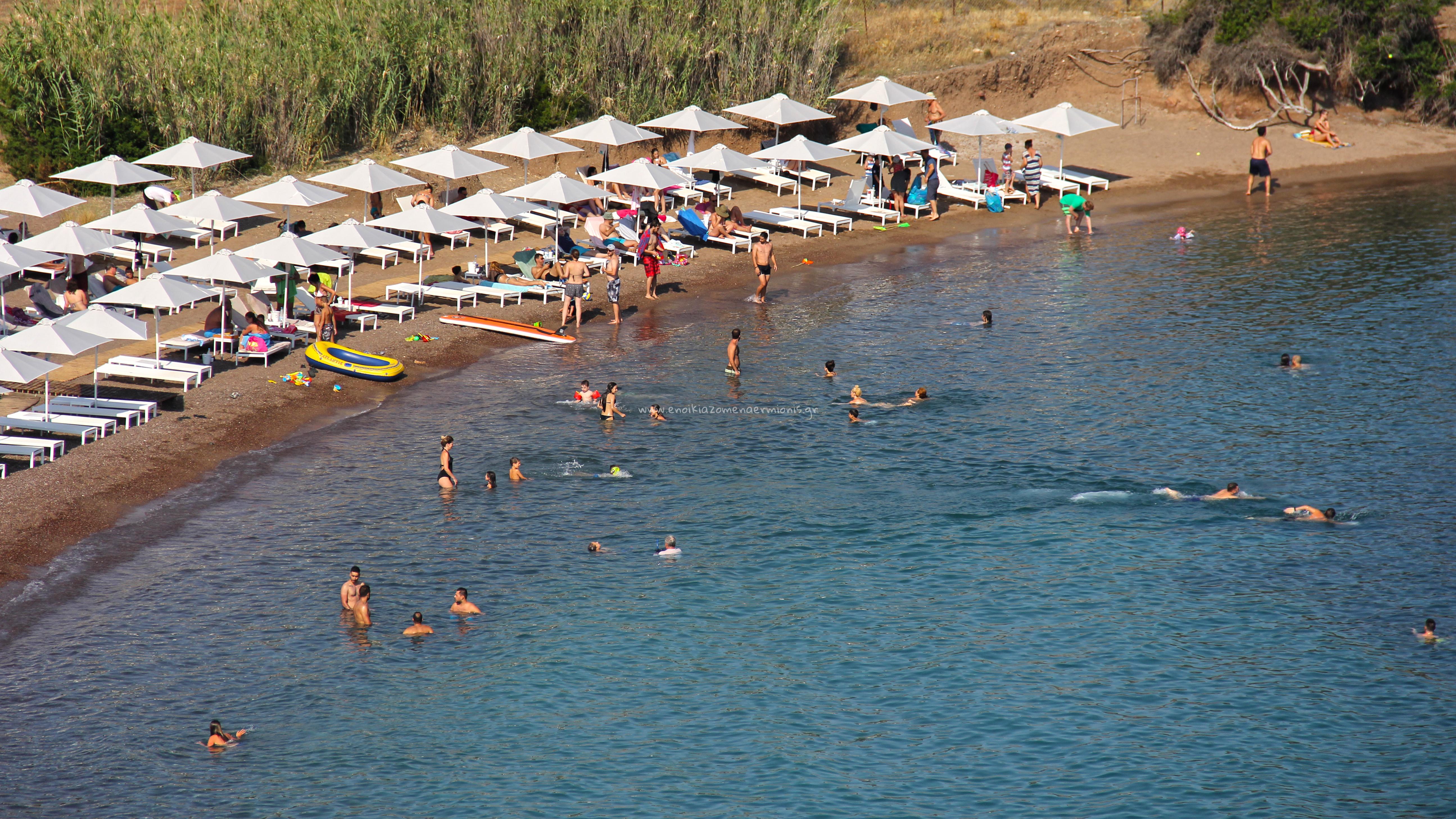 Άνθρωποι κολυμπούν στην παραλία Πετροθάλασσα
