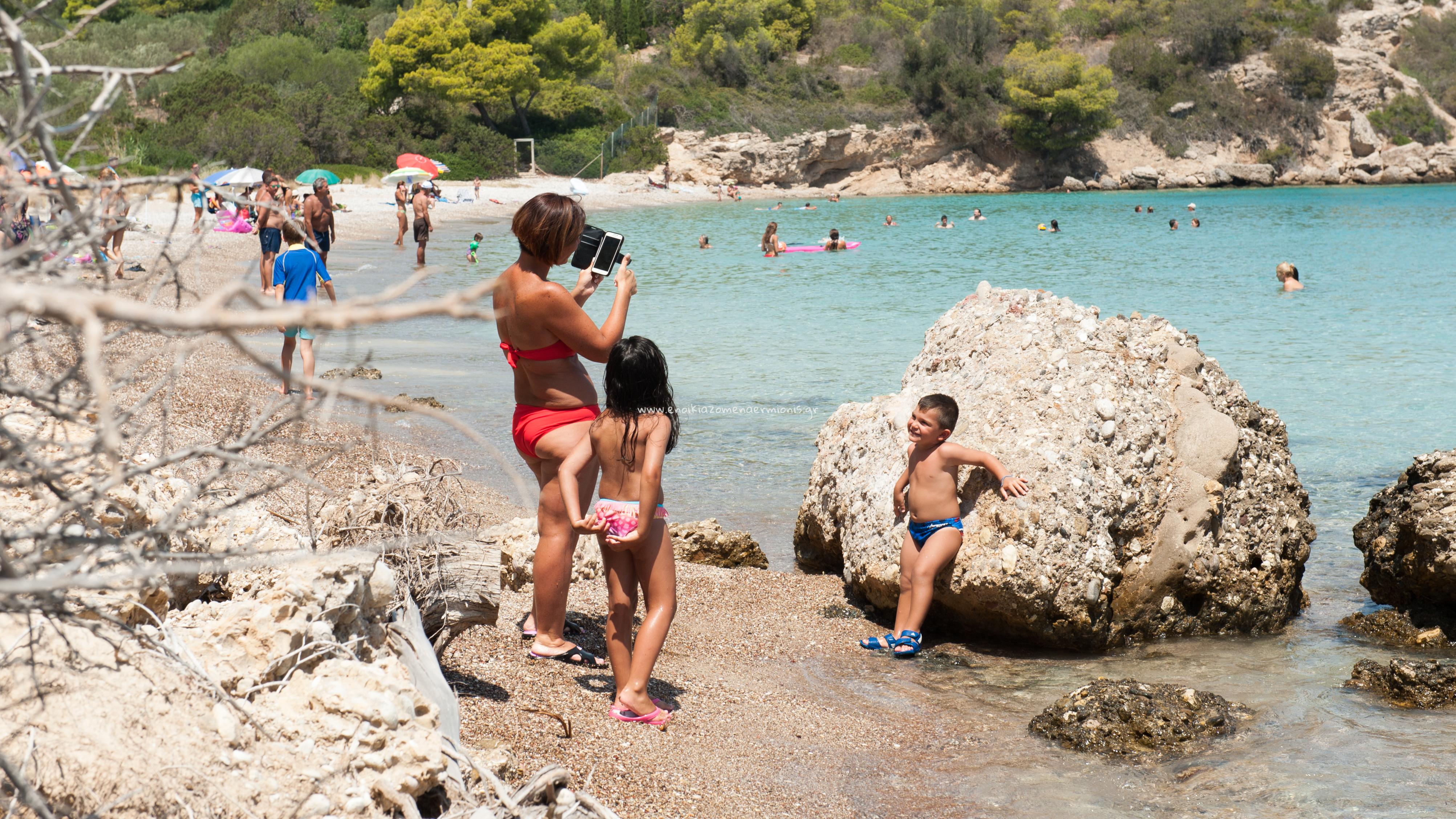 Μάνα φωτογραφίζει το γιο της στην παραλία
