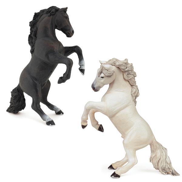蹴り立つ馬