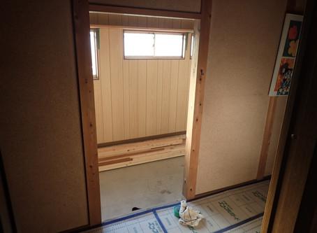 半屋内の開口に木製階段設置
