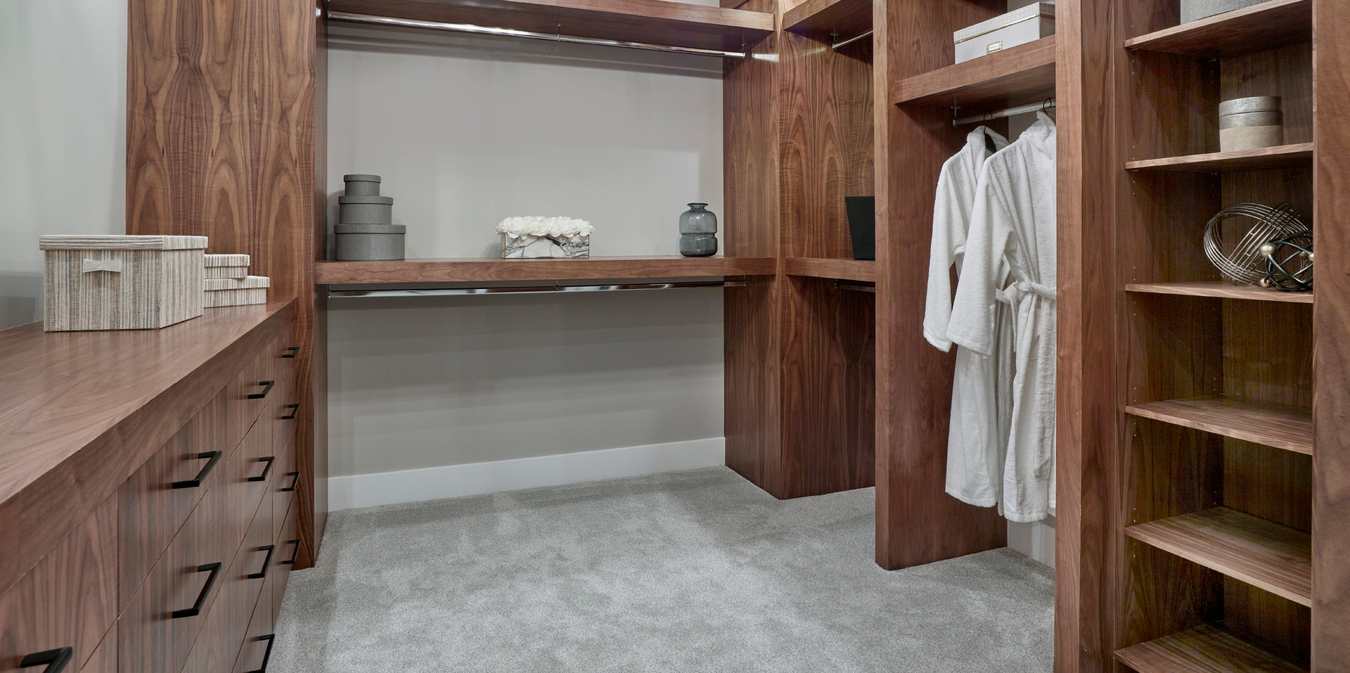 Walk-in Closet Aacropolis Homes