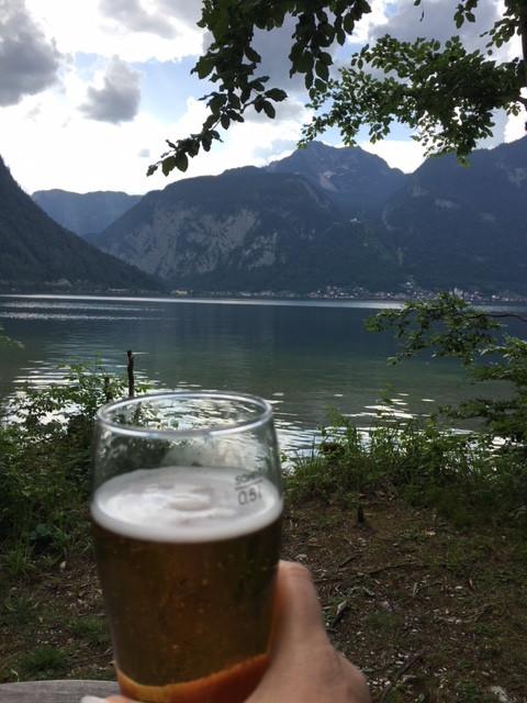 Un petit drink au pied des alpes un regard sur Hallstat