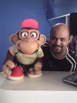 Eberson Taborda manipulando o seu Boneco Macaco Kinho