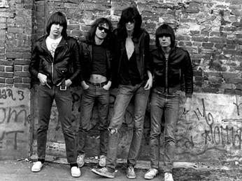 Ramones: confira a resenha do 1º álbum da banda que está no livrinho que acompanha o disco.