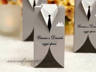 Vestito sposo in grigio personalizzato portaconfetti segnaposto