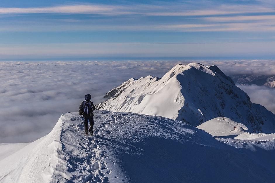 climbing-on-mountain-in-winter-PVYGUHB.j