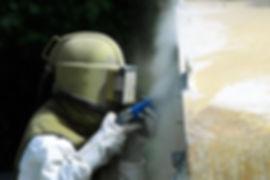 Worker sabbiatura muro