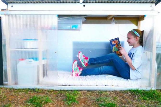 Menina de 10 anos constrói casa compacta com energia solar