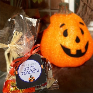 Printable Halloween Favor Bag Tags from www.craftybeedesigns.com