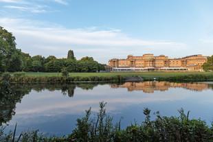 Pique-nique dans le somptueux jardin du Buckingham Palace.