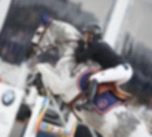 cheval qui saute avec son cavalier